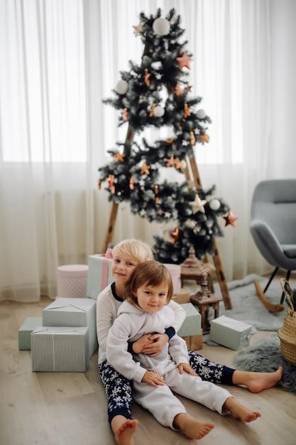Schwester zwei, die für bild während des familienfotoschießens aufwirft Kostenlose Fotos