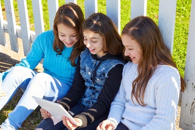 Schwesterfreundinnen, die spaß mit technologie haben Premium Fotos