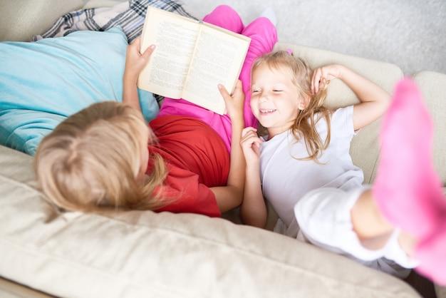 Schwestern lesen märchen Premium Fotos