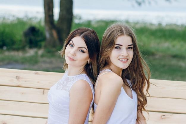 Schwestern strand tress eine hände Kostenlose Fotos