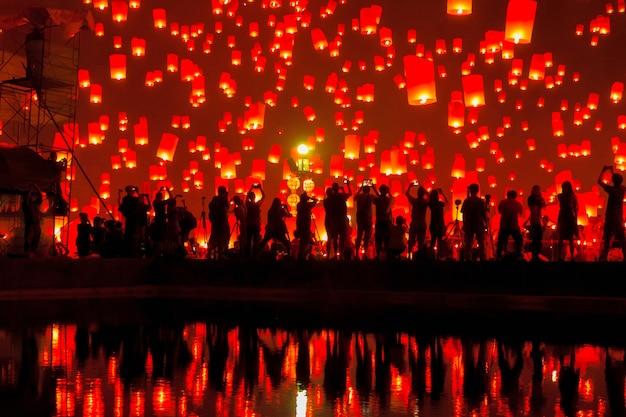 Schwimmende laterne bei chiang mai province, asien thailand Premium Fotos