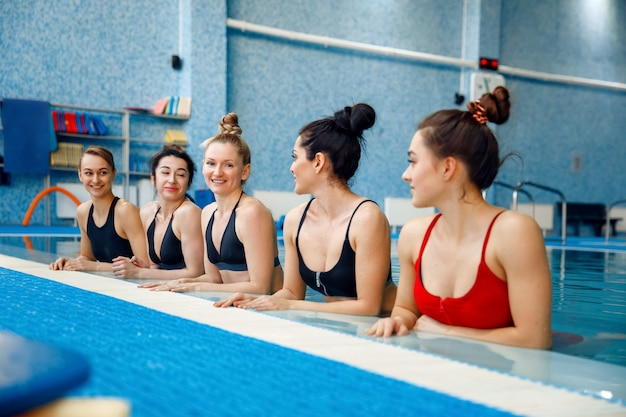 Schwimmerinnen posieren am pool Premium Fotos