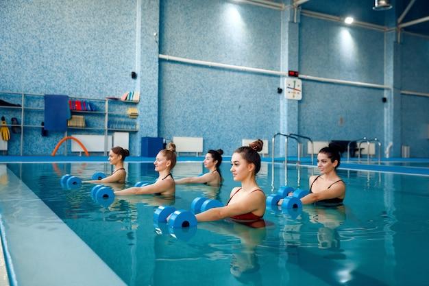 Schwimmerinnengruppe, aqua-aerobic im pool Premium Fotos