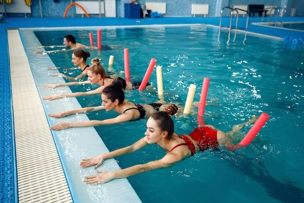 Schwimmerinnengruppe, aqua-aerobic-training im pool. frauen im wasser, sportschwimmen fitness-training Premium Fotos