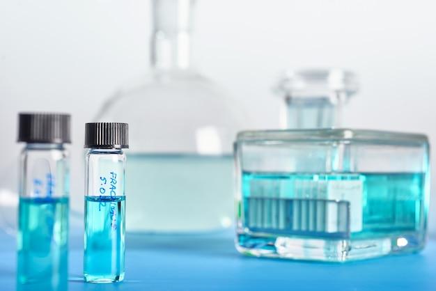 Scientific. werkzeuge für die histopathologie in grün und weiß Premium Fotos