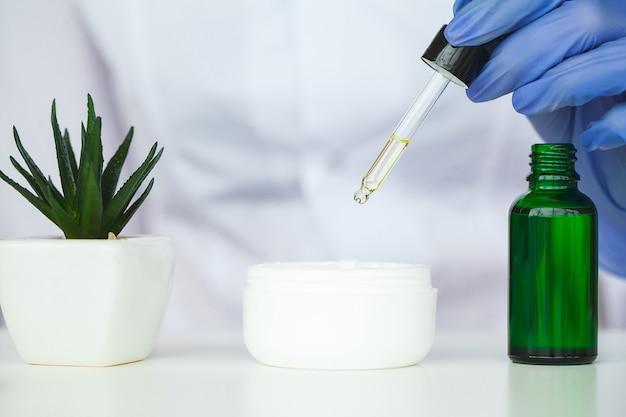 Scin care. wissenschaftlerhände, die beschaffenheit von schönheitsprodukten prüfen Premium Fotos