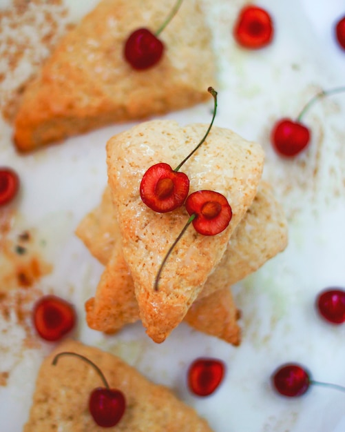 Scones mit süßen kirschen auf licht Kostenlose Fotos