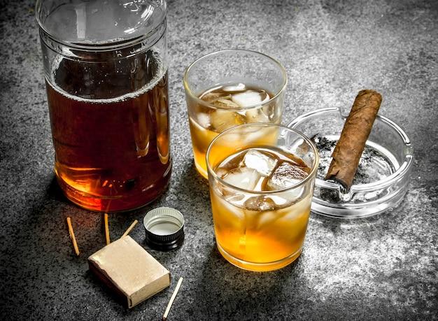 Scotch whisky mit einer zigarre Premium Fotos