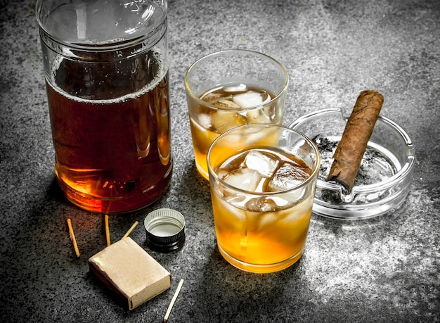 Scotch whisky mit einer zigarre. Premium Fotos