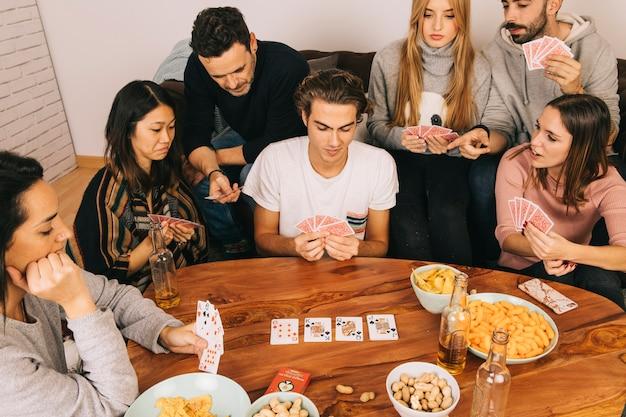 Sechs freunde spielen karten spiel Kostenlose Fotos