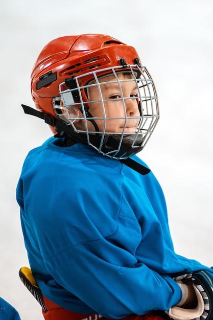 Sechs jahre alter kinderhockeyspieler im helm Premium Fotos