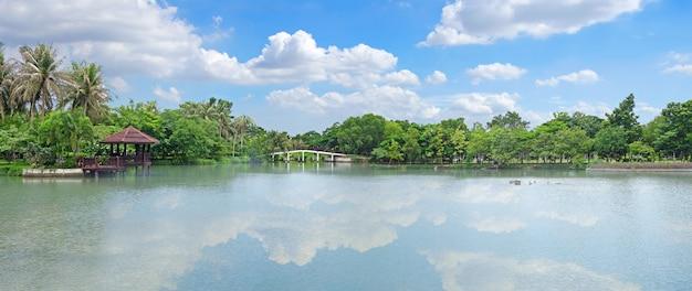 Seeblick mit schönem hellem himmel Premium Fotos