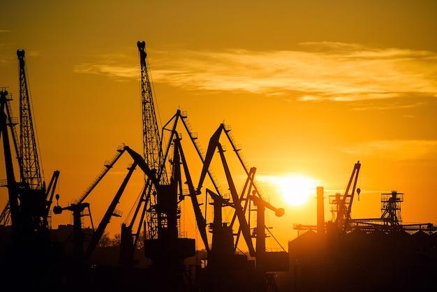 Seehafen bei sonnenuntergang Premium Fotos
