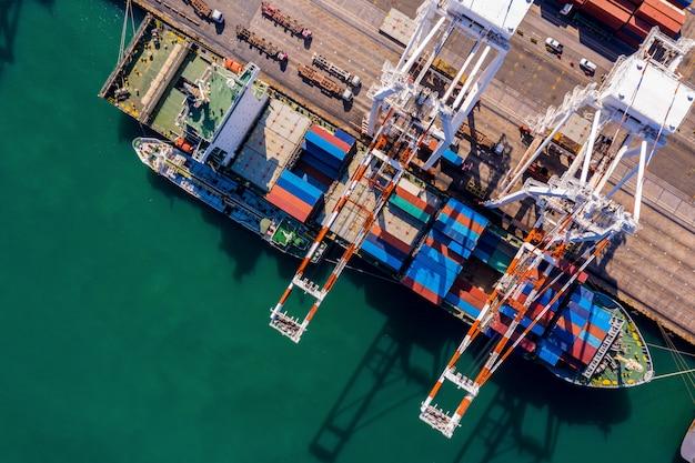 Seehafenterminal-lagerbehälter und versandfrachtbehälter, die luftaufnahme laden und entladen Premium Fotos