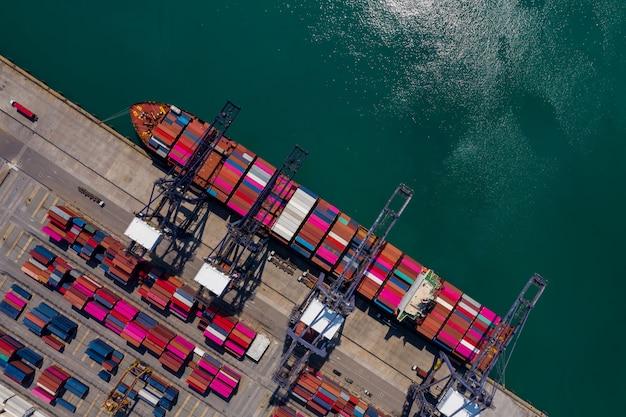 Seehafenterminal-lagerbehälter und versandfrachtcontainer be- und entladen luftaufnahme Premium Fotos