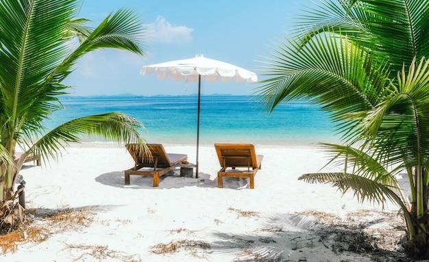 Seelandschaft mit zwei chaiselongues, ohne menschen Premium Fotos