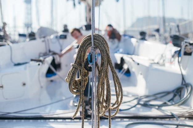 Seeseile, buntine, capstan und cablet stapeln sich auf dem deck einer professionellen rennyacht oder eines segelboots, die an mast oder vorstag befestigt sind, in verschiedenen farben Kostenlose Fotos