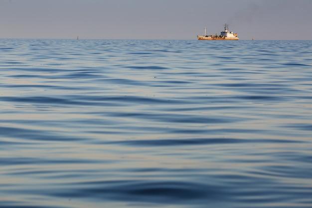 Seesonnenuntergang und schattenbild des marineschiffs Premium Fotos