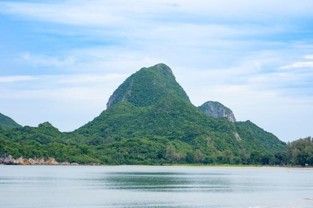 Seestücke und natürlicher bergblick in asien Premium Fotos