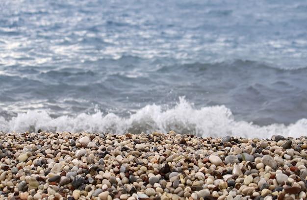Seewellenvorfall auf dem küstenschindel Premium Fotos