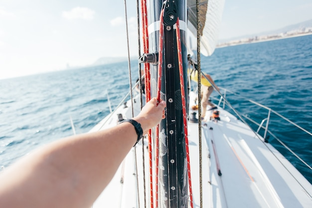 Segel der professionellen segelyacht im wind Kostenlose Fotos