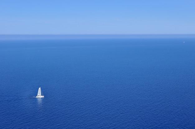 Segelboot im ozean Premium Fotos