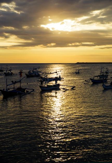 Segelboote auf den sonnenuntergang Premium Fotos