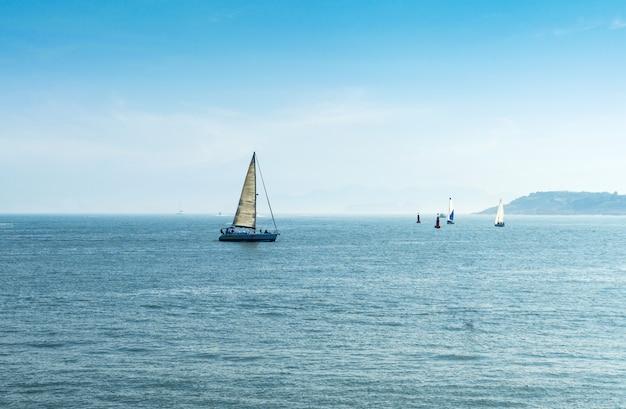 Segelboote in meer, olympisches segelzentrum qingdaos, china Premium Fotos