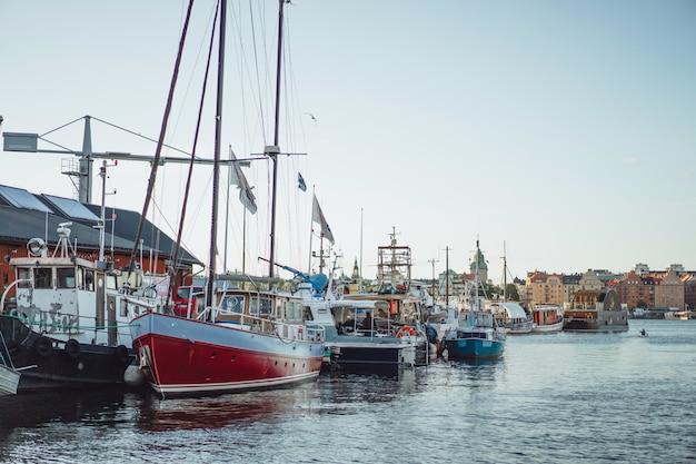 Segelboote und yachten auf dem pier in stockholm vor dem stadtzentrum Kostenlose Fotos