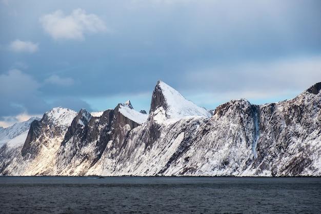 Segla schneebedeckte bergspitze im ozean Premium Fotos