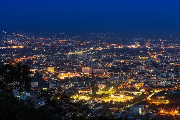 Sehen sie stadtbild über dem stadtzentrum von chiang mai, thailand in der dämmerungsnacht an. Premium Fotos