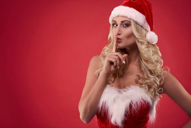 Sehr attraktive blonde frau mit weihnachtsmütze Kostenlose Fotos