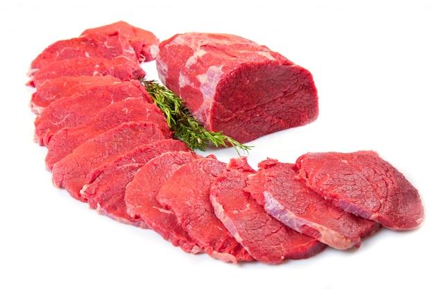 Sehr großer roter fleischklumpen und -steak getrennt auf weiß Premium Fotos