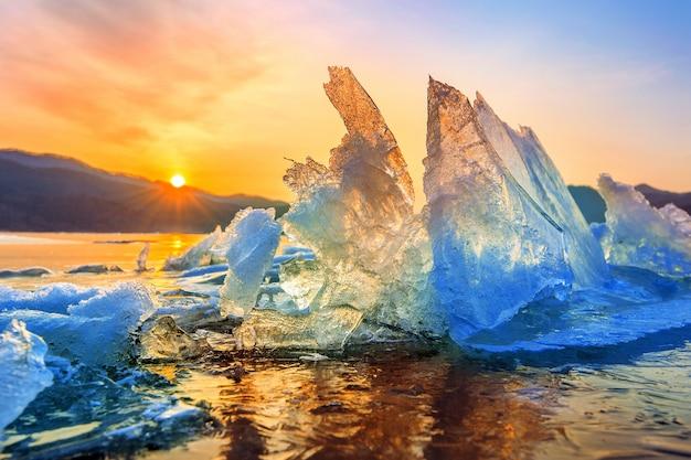Sehr großes und schönes stück eis bei sonnenaufgang im winter. Kostenlose Fotos