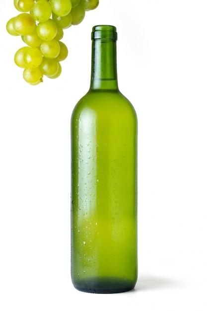 Sehr kalte weißweinflasche mit bündel weißen trauben mit weiß Premium Fotos