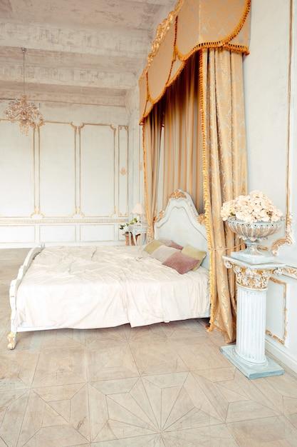 Sehr reiches interieur der wohnung mit goldenen