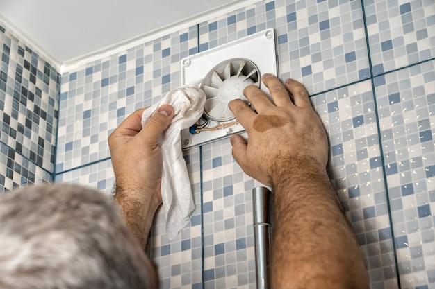 Sehr schmutziger luftauslass im badezimmer. professional reinigt den rost Premium Fotos