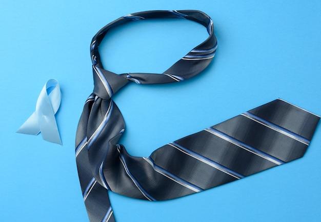 Seidenblaue herren krawatte und band in einer schleife auf blau gefaltet Premium Fotos