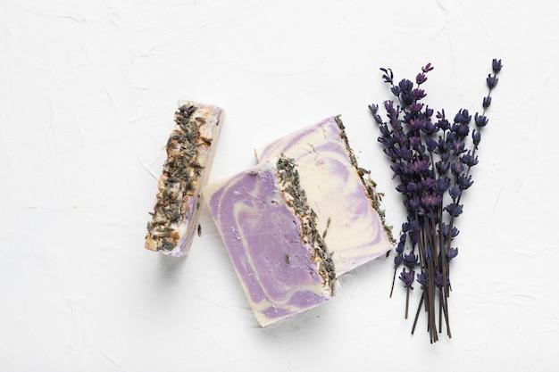Seife aus lavendel und lavendelbouquet Kostenlose Fotos