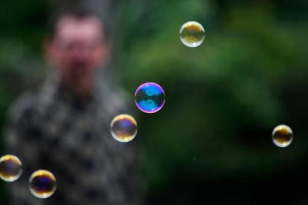 Seifenblasen in der straße Kostenlose Fotos