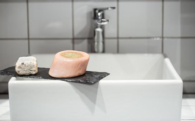 Seifenstücke auf dem waschbecken. persönliches hygiene- und gesundheitskonzept. Kostenlose Fotos