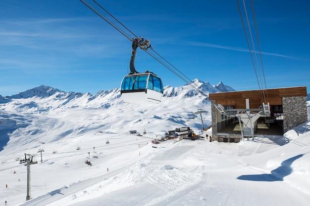 Seilbahn mit seilbahn in einem berggebiet Kostenlose Fotos