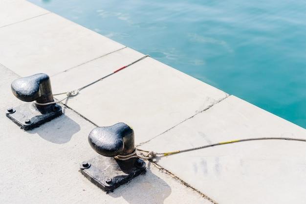Seile gebunden an metall-poller Kostenlose Fotos