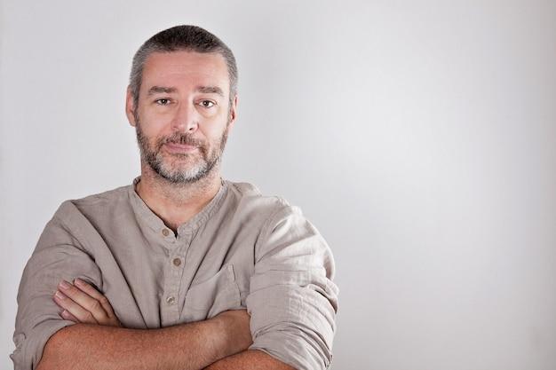 Seirous reifer mittlerer gealterter mann, der kamera untersucht Premium Fotos