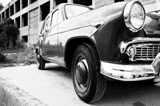Seite des retro- autos der alten weinlese. schwarzweiss-foto Premium Fotos