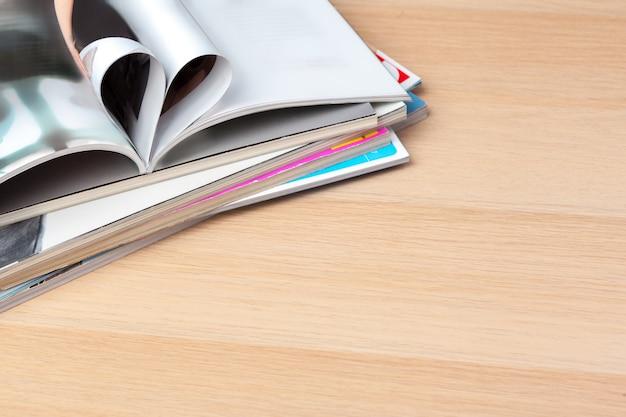Seiten des buches oben gebogen in eine herzform, abschluss Premium Fotos