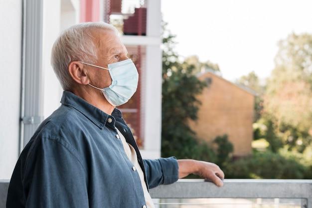 Seitenansicht alter mann, der maske trägt Premium Fotos