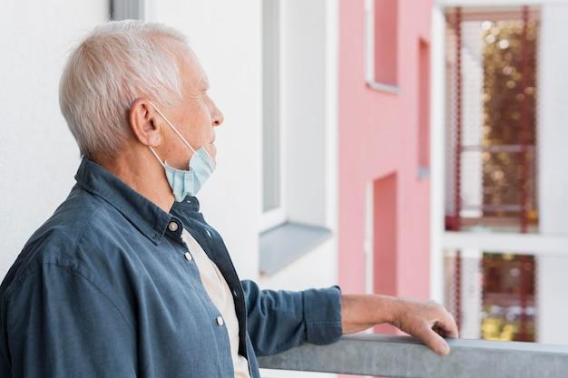 Seitenansicht alter mann mit maske Premium Fotos