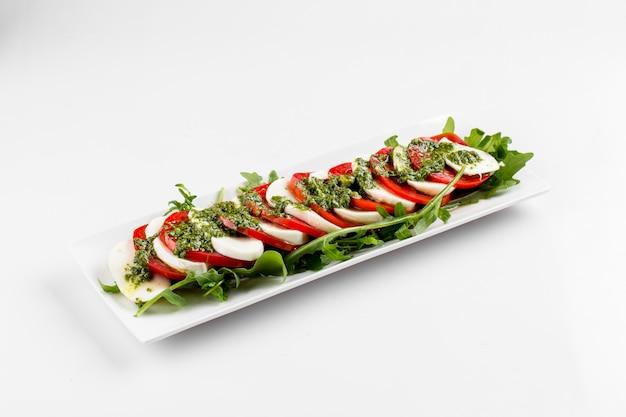 Seitenansicht auf lokalisiertem klassischem caprese-salat Premium Fotos