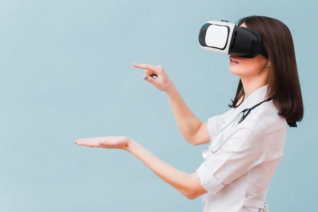 Seitenansicht der ärztin, die virtuelle realität erfährt Kostenlose Fotos